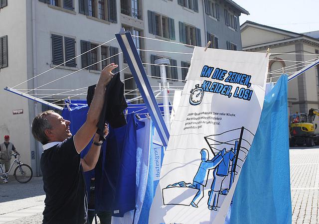 Daniel Lüscher beim Wäscheaufhängen an der STEWI-Parade in Winterthur