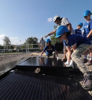 Schüler montieren Solarzellen